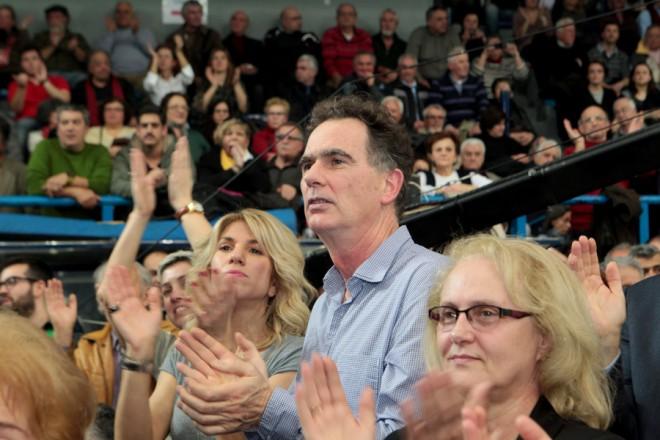 Ο Νίκος Παπανδρέου παρακολουθεί την ομιλία του Πρόεδρου του Κινήματος Δημοκρατών Σοσιαλιστών Γιώργου Παπανδρέου κατά την διάρκεια της κεντρικής προεκλογικής συγκέντρωσης του για τις βουλευτικές εκλογές της 25ης Ιανουαρίου στην Αθήνα, Τετάρτη 21 Ιανουαρίου 2015. Πραγματοποιήθηκε στον Πανελλήνιο Αθλητικό Σύλλογο η κεντρική προεκλογική συγκέντρωση του Κινήματος Δημοκρατών Σοσιαλιστών με ομιλητή τον πρόεδρο του Γιώργο Παπανδρέου. ΑΠΕ-ΜΠΕ/ΑΠΕ-ΜΠΕ/Παντελής Σαίτας