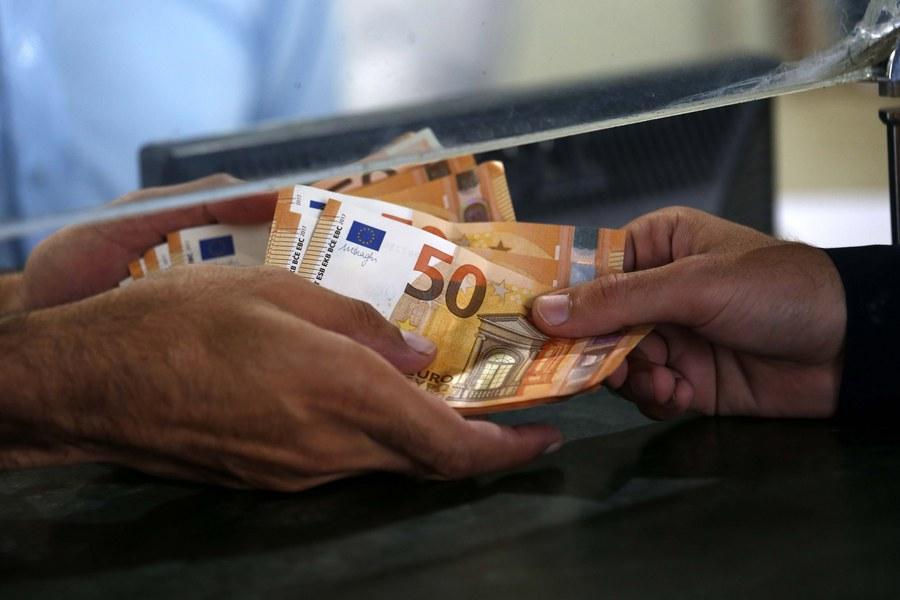 Alpha Bank: Αντιμέτωπη με τον κίνδυνο φτώχειας η μεσαία τάξη στην Ελλάδα