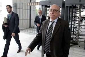 Ο Θεόδωρος Τσουκάτος αποχωρεί από το Τριμελές Εφετείο Κακουργημάτων, για την δίκη της ΖΗΜΕΝΣ ( Siemens), την Παρασκευή 27 Νοεμβρίου 2015. Για σήμερα έχει προσδιοριστεί ενώπιον του Τριμελούς Εφετείου Κακουργημάτων, η δίκη για τη «σύμβαση 8002» του ΟΤΕ με την SIEMENS, σκέλος της υπόθεσης των παράνομων χρημάτων που διακινήθηκαν από τα αποκαλούμενα «μαύρα ταμεία» της γερμανικής εταιρίας που επί εννέα χρόνια απασχολεί την Δικαιοσύνη. Για την επίμαχη σύμβαση καλούνται να λογοδοτήσουν 64 κατηγορούμενοι αντιμέτωποι με βαριές κατηγορίες που σε ορισμένες περιπτώσεις επισύρουν ποινές ισόβιας κάθειρξης. ΑΠΕ-ΜΠΕ/ΑΠΕ-ΜΠΕ/ΑΛΕΞΑΝΔΡΟΣ ΒΛΑΧΟΣ