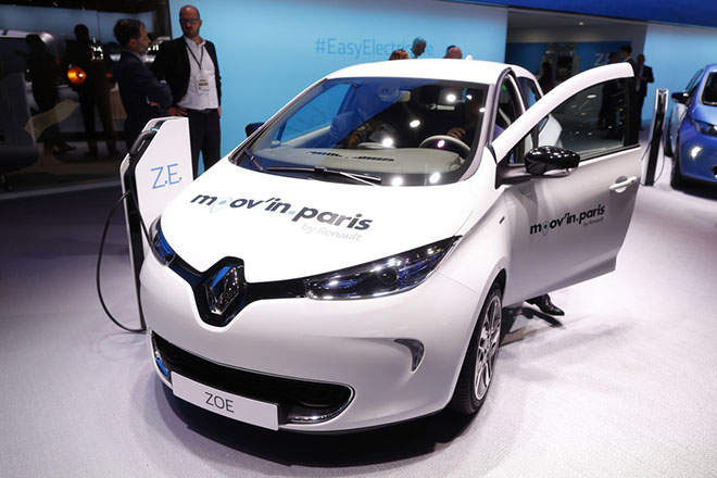 epa07064296 A Renault Zoe, part of the Moov'in Paris electric car fleet, is displayed at the Paris Motor Show 'Mondial de l'Automobile' in Paris, France, 02 October 2018. The Paris Motor Show, which takes place every two years, runs from 04 to 14 October 2018 with international car makers presenting their latest models and studies.  EPA/IAN LANGSDON