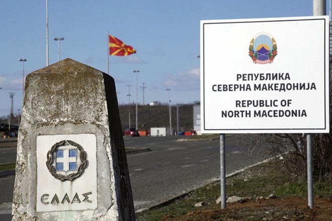 Στην αλλαγή των πινακίδων στο συνοριακό πέρασμα με την Ελλάδα, προχώρησε η Βόρεια Μακεδονία καθώς τέθηκε σε ισχύ από χθες βράδυ η Συμφωνία των Πρεσπών και η χώρα μετονομάστηκε - και επίσημα - σε Βόρεια Μακεδονία,  Γευγελή,Τετάρτη 13 Φεβρουαρίου 2019. Ήδη, το νέο όνομα της χώρας αναγράφεται στους επίσημους ιστότοπους της κυβέρνησης και των υπουργείων της χώρας, ενώ και ο υπουργός Εξωτερικών Νίκολα Ντιμιτρόφ εμφανίζεται πλέον, στο προφίλ του στα μέσα κοινωνικής δικτύωσης , ως υπουργός Εξωτερικών της Βόρειας Μακεδονίας.ΑΠΕ-ΜΠΕ/ΑΠΕ-ΜΠΕ/ΝΙΚΟΣ ΑΡΒΑΝΙΤΙΔΗΣ