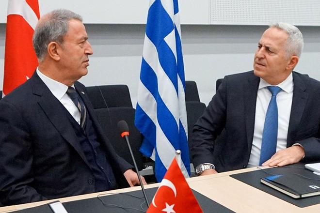 (Ξένη δημοσίευση)   Ο υπουργός Εθνικής Άμυνας Ευάγγελος Αποστολάκης συνομιλεί τον υπουργό Άμυνας της Τουρκίας, Hulusi Akar,  κατά τη διάρκεια της συνάντησής τους, στη διήμερη Σύνοδο υπουργών Αμύνης ΝΑΤΟ, την Τετάρτη 13 Φεβρουαρίου 2018, στις Βρυξέλλες. Στο περιθώριο της συνόδου ο  ΥΕΘΑς συνομίλησε με όλους τους ομολόγους του και είχε διμερείς επαφές με τον Γενικό Γραμματέα του ΝΑΤΟ, Jens Stoltenberg, τον υπουργό Άμυνας της Τουρκίας, Hulusi Akar, την υπουργό Άμυνας της Βόρειας Μακεδονίας, Radmila Sekerinska και τον Ανώτατο Στρατιωτικό Διοικητή του ΝΑΤΟ στην Ευρώπη (Supreme Allied Commander Europe - SACEUR), Στρατηγό Curtis M. Scaparrotti. ΑΠΕ-ΜΠΕ/ΓΡΑΦΕΙΟ ΤΥΠΟΥ ΥΠΕΘΑ/STR
