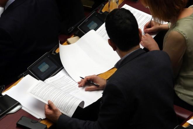 Βουλευτές κάνουν την καταμέτρηση των ψηφοδελτίων, στην Ολομέλεια της Βουλής, μετά την ψηφοφορία στην ολοκλήρωση της συζήτησης για την αναθεώρηση του Συντάγματος, Πέμπτη 14 Φεβρουαρίου 2019. Αλέξανδρος Μπελτές