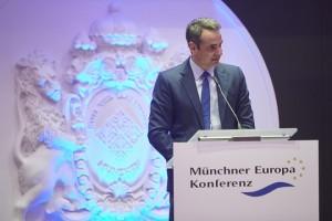 (Ξένη Δημοσίευση). Φωτογραφία που δόθηκε σήμερα στη δημοσιότητα και εικονίζει τον πρόεδρο της Νέας Δημοκρατίας Κυριάκο Μητσοτάκη να  μιλά στο Ευρωπαϊκό Συνέδριο του Μονάχου, κατά τη διάρκεια επίσκεψής του στο Μόναχο, Παρασκευή 15 Φεβρουαρίου 2019. Στο Μόναχο βρίσκεται από χθες ο πρόεδρος της Νέας Δημοκρατίας Κυριάκος Μητσοτάκης. O κ. Μητσοτάκης απηύθυνε  χαιρετισμό στο Ευρωπαϊκό Συνέδριο του Μονάχου, ενώ είχε κατ' ιδίαν συνάντηση με την πρόεδρο της Χριστιανοδημοκρατικής Ένωσης της Γερμανίας (CDU),  Άνεγκρετ Κραμπ-Καρενμπάουερ. Σήμερα, ο πρόεδρος της Νέας Δημοκρατίας θα συναντηθεί με ομάδα επενδυτών και θα συμμετάσχει στις εργασίες της Διάσκεψης του Μονάχου για την Ασφάλεια. Παρασκευή 15 Φεβρουαρίου 2019. ΑΠΕ-ΜΠΕ/ΓΡΑΦΕΙΟ ΤΥΠΟΥ ΝΕΑΣ ΔΗΜΟΚΡΑΤΙΑΣ/ΔΗΜΗΤΡΗΣ ΠΑΠΑΜΗΤΣΟΣ
