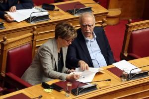 Η υπουργός  Προστασίας του Πολίτη Όλγα Γεροβασίλη  (Α) και ο υπουργός Μεταναστευτικής Πολιτικής Δημήτρης Βίτσας Δ) κοιτούν το ψηφοδέλτιο με τα προς αναθεώρηση άρθρα, στην Ολομέλεια της Βουλής, για την ψηφοφορία στην ολοκλήρωση της συζήτησης για την αναθεώρηση του Συντάγματος, Πέμπτη 14 Φεβρουαρίου 2019. ΑΠΕ-ΜΠΕ/ΑΠΕ-ΜΠΕ/Αλέξανδρος Μπελτές