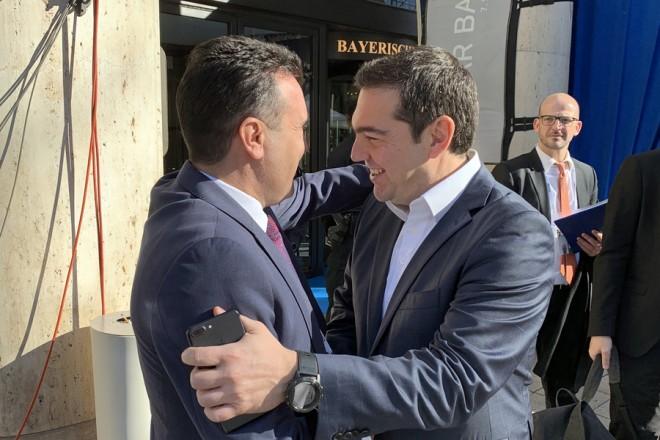 Ο πρωθυπουργός, Αλέξης Τσίπρας, συνομιλεί σε σύντομη συνάντηση που είχε με τον πρωθυπουργό της Βόρειας Μακεδονίας, Ζόραν Ζάεφ (Α), στην είσοδο του ξενοδοχείου όπου πραγματοποιούνται οι εργασίες της ετήσιας Διάσκεψης για την Ασφάλεια, το Σάββατο 16 Φεβρουαρίου 2019, στο Μόναχο. ΑΠΕ ΜΠΕ/ΑΠΕ ΜΠΕ/ STR