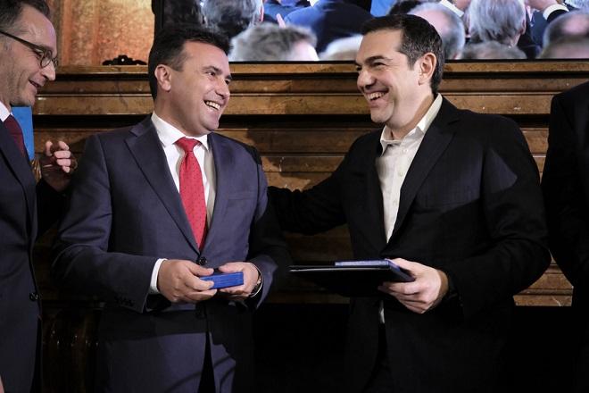 (Ξένη Δημοσίευση)  Ο Έλληνας πρωθυπουργός Αλέξης Τσίπρας (Δ) και ο πρωθυπουργός της Βόρειας Μακεδονίας, Ζόραν Ζάεφ (Α) βραβευτήκαν με τον βραβείο Ewald von Kleist, κατά την διάρκεια του επισήμου δείπνου στην Διεθνή Διάσκεψη για την Ασφάλεια στο Μόναχο της Γερμανίας, το Σάββατο 16 Φεβρουαρίου 2019.  ΑΠΕ-ΜΠΕ/ΓΡΑΦΕΙΟ ΤΥΠΟΥ ΠΡΩΘΥΠΟΥΡΓΟΥ/Andrea Bonetti