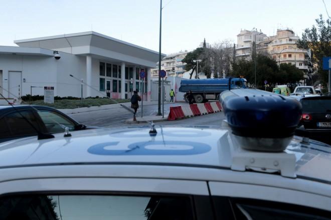 Μπογιές στην είσοδο του χώρου στάθμευσης της πρεσβείας των ΗΠΑ, Δευτέρα 7 Ιανουαρίου 2019. Επίθεση με μπογιές στο κτίριο της πρεσβείας των ΗΠΑ έκανε στις 03.30 τα ξημερώματα ομάδα της αναρχικής συλλογικότητας «Ρουβίκωνας».Ομάδα ατόμων που επέβαιναν σε δίκυκλα πέταξε στην είσοδο του χώρου στάθμευσης της πρεσβείας, στη συμβολή των οδών Δορυλέου και Μακεδόνων, μπαλόνια και μπουκάλια με μπογιά με αποτέλεσμα να προκαλέσουν απλά φθορές στον τοίχο, πριν απομακρυνθεί. Αμέσως υπήρξε κινητοποίηση της αστυνομίας και οι αστυνομικές δυνάμεις προχώρησαν σε οκτώ προσαγωγές στην περιοχή. ΑΠΕ-ΜΠΕ/ΑΠΕ-ΜΠΕ/Παντελής Σαίτας