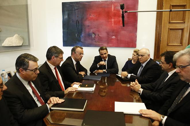 Ο πρόεδρος της ΝΔ, Κυριάκος Μητσοτάκης (Κ) συνομιλεί με εκπροσώπους των ελληνικών τραπεζών, στο γραφείο του στη Βουλή, Αθήνα, Δευτέρα 18 Φεβρουαρίου 2019.  ΑΠΕ-ΜΠΕ/ΑΠΕ-ΜΠΕ/ΓΙΑΝΝΗΣ ΚΟΛΕΣΙΔΗΣ