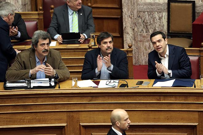 Ο πρωθυπουργός Αλέξης Τσίπρας (Δ), ο αναπληρωτής υπουργός Υγείας Παύλος Πολάκης (Α) και ο υπουργός Υγείας Ανδρέας Ξανθός (Κ) στην Ώρα του Πρωθυπουργού στη Βουλή στη συζήτηση επίκαιρης ερώτησης του προέδρου της Ένωσης Κεντρώων Βασίλη Λεβέντη για θέματα Υγείας, Αθήνα, την Παρασκευή 17 Μαρτίου 2017. ΑΠΕ-ΜΠΕ/ΑΠΕ-ΜΠΕ/ΣΥΜΕΛΑ ΠΑΝΤΖΑΡΤΖΗ