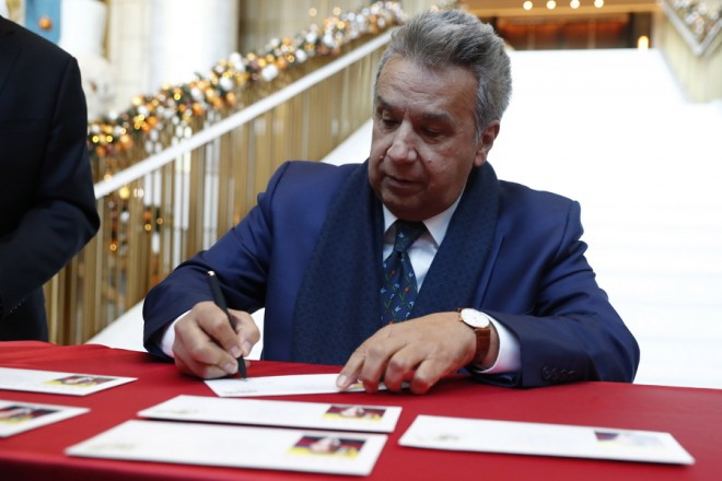 epa07227624 Ecuadorian President Lenin Moreno (R), signs as he attends a ceremony for the stamped envelope in Beijing, China, 13 December 2018. Ecuadorian President Lenin Moreno is on a state visit to China from 11 to 13 December 2018.  EPA/WU HONG