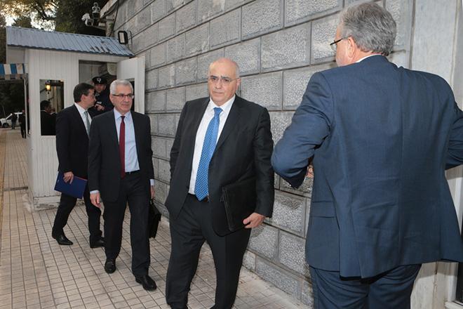Ο πρόεδρος της Ενωσης Ελληνικών Τραπεζών Νικόλαος Καραμούζης φθάνει στο Μέγαρο Μαξίμου , Δευτέρα 11 Φεβρουρίου 2019. Κυβερνητική σύσκεψη για κόκκινα δάνεια με τη συμμετοχή του υπουργού Επικρατείας αρμόδιου για θέματα Καθημερινότητας του Πολίτη Αλέκου Φλαμπουράρη και του υφυπουργού παρά τω Πρωθυπουργώ Δημήτρη Λιάκου με τις διοικήσεις των τραπεζών πραγματοποιήθηκε στο Μέγαρο Μαξίμου. ΑΠΕ-ΜΠΕ/ΑΠΕ-ΜΠΕ/Παντελής Σαίτας