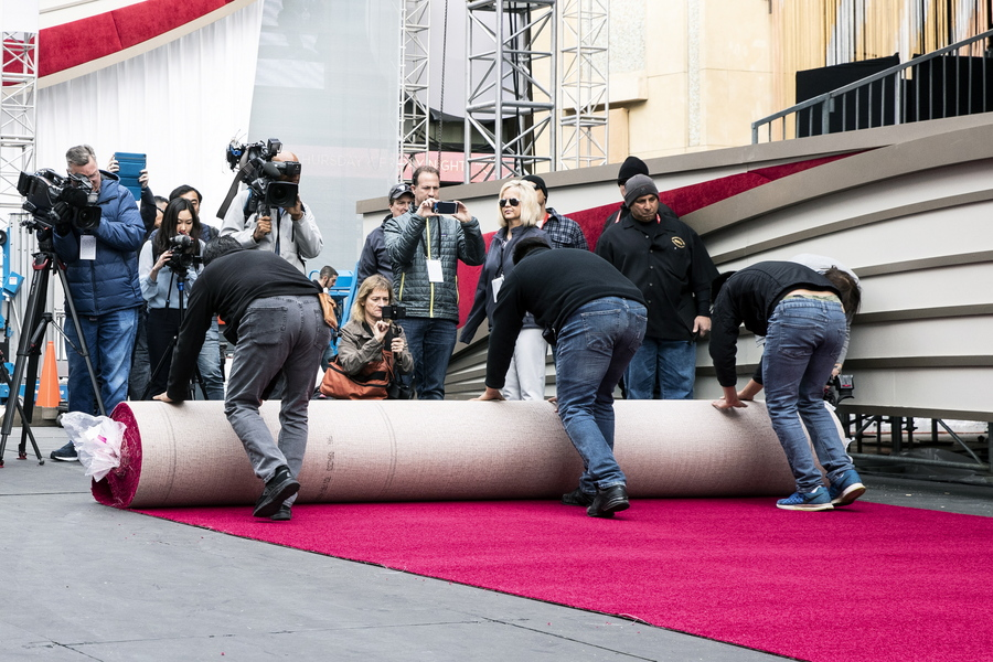 epa07383989 Workers rollout the red carpet as preparations for the 91st annual Academy Awards ceremony get underway in Hollywood, California, USA, 20 February 2019. The Oscars are presented for outstanding individual or collective efforts in 24 categories in filmmaking.  EPA/ETIENNE LAURENT *** Local Caption *** 54174449