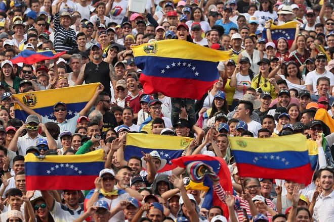 epa07387984 Crowds arrive to attend the Venezuela Aid Live concert in Cucuta, Colombia, 22 February 2019. Some 250,000 people are expected to attend the 'Venezuela Aid Live' music event, an event that seeks to raise funds for essential humanitarian aid for Venezuela.  EPA/Mauricio Duenas Castaneda