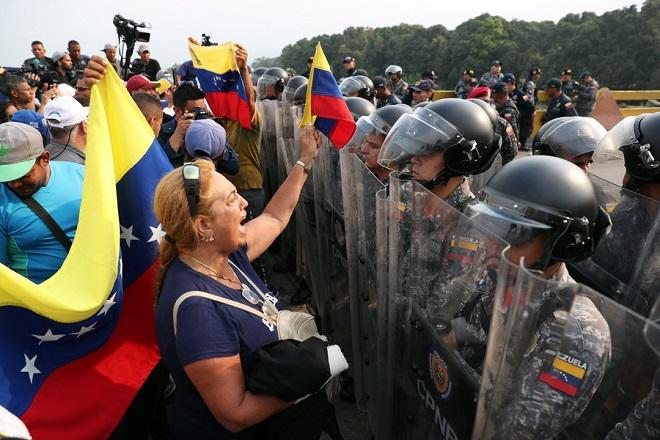 Βενεζουέλα: Συγκρούσεις διαδηλωτών και στρατού (Φωτογραφίες και Βίντεο)