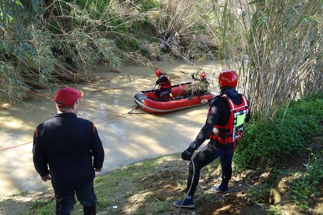"""Μέλη της ΕΜΑΚ με βάρκα πραγματοποιούν έρευνα για τον εντοπισμό των τεσσάρων αγνοουμένων στο Γεροπόταμο, στην περιοχή των Μοιρών, στην Κρήτη, Δευτέρα 18 Φεβρουαρίου 2019.Σε όλη τη διάρκεια της νύχτας, 40 πυροσβέστες παρέμειναν στο σημείο, ενώ από νωρίς το πρωί πεζοπόρα τμήματα έχουν ξεκινήσει έρευνα στις όχθες του ποταμού, όπου αναμένεται να βουτήξουν και δύτες, προκειμένου να ερευνήσουν κάποια από τα σημεία που υπέδειξαν κάτοικοι με μεγάλο βάθος και με το σκεπτικό ότι ίσως εκεί έχει εγκλωβιστεί το όχημα.Επιπλέον, το ελικόπτερο της Πολεμικής Αεροπορίας αναμένεται να ξεκινήσει τις πτήσεις, ενώ η βάρκα και το drone της ΕΜΑΚ """"σκανάρει"""" το ποτάμι, σε ένα τμήμα περίπου 16 χιλιομέτρων μέχρι τη θάλασσα.Υπενθυμίζεται ότι μέσα στο αυτοκίνητο που παρασύρθηκε από τα ορμητικά νερά, επέβαιναν δυο αδελφές, 28 και 20 ετών, ο 29χρονος σύζυγος της μιας και η 57χρονη μητέρα τους. ΑΠΕ-ΜΠΕ/ΑΠΕ-ΜΠΕ/ΝΙΚΟΣ ΧΑΛΚΙΑΔΑΚΗΣ"""