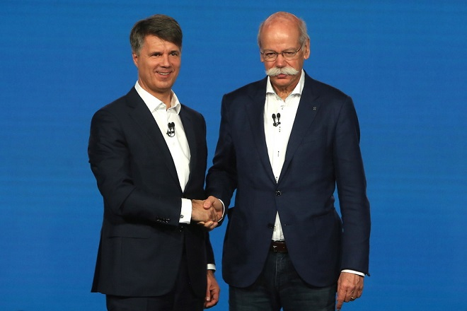 epa07387449 Harald Krueger, chairman of the executive board of BMW AG (L), and Dieter Zetsche, chairman of the executive board of Daimler AG, attend a press conference in Berlin, Germany, 22 February 2019. The German car manufacturers Daimler, maker of Mercedes automobiles, and BMW presented their joint venture for carsharing, taxi-calling, electric car charging and parking.  EPA/ADAM BERRY