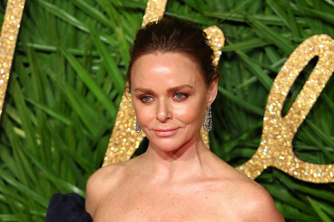 epa06367532 British designer Stella McCartney arrives at the British Fashion Awards 2017 at the Royal Albert Hall in London, Britain, 04 December 2017.  EPA/NEIL HALL