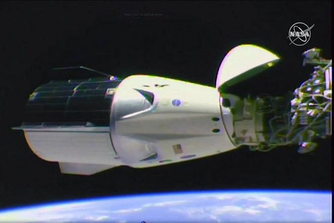 Έφτασε στον Διεθνή Διαστημικό Σταθμό η κάψουλα Dragon της SpaceX