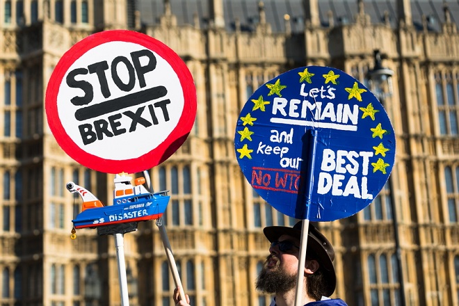 epa07396961 Anti Brexit protesters stage a protest outside the British Houses of Parliament in Westminster, central London, Britain, 25 February 2019. Britain's Prime Minister, Theresa May is having talks with European leaders at a summit in the Egyptian resort of Sharm el-Sheikh.  EPA/VICKIE FLORES