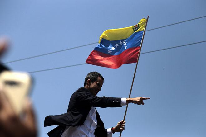 Βενεζουέλα: Σε στρατιωτική εξέγερση καλεί ο Γκουαϊδό – «Πραξικόπημα» λέει ο Μαδούρο