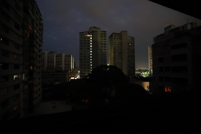 epa07421159 General view of buildings with emergency lights in Caracas, Venezuela, 07 March 2019, during a power blackout that affected the country. Venezuela suffer a new power blackout that affected at least 11 states, and the capital of the country, causing the collapse of the public transport.  EPA/RAUL MARTINEZ
