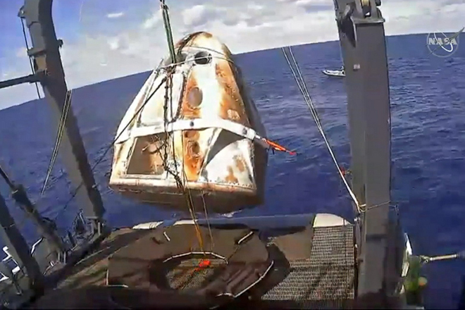 epa07422382 A grab taken from a NASA TV live feed shows the SpaceX's Dragon capsule being retrieved by a recovery ship after its splashdown in the Atlantic Ocean, from the International Space Station (ISS), 08 March 2019. The Crew Dragon Demo-1 docked autonomously to the orbiting laboratory, a historic first for a commercially built and operated US crew spacecraft. The SpaceX Dragon demo capsule is set to return to Earth on 08 March.  EPA/NASA TV HANDOUT -- BEST QUALITY AVAILABLE -- HANDOUT EDITORIAL USE ONLY