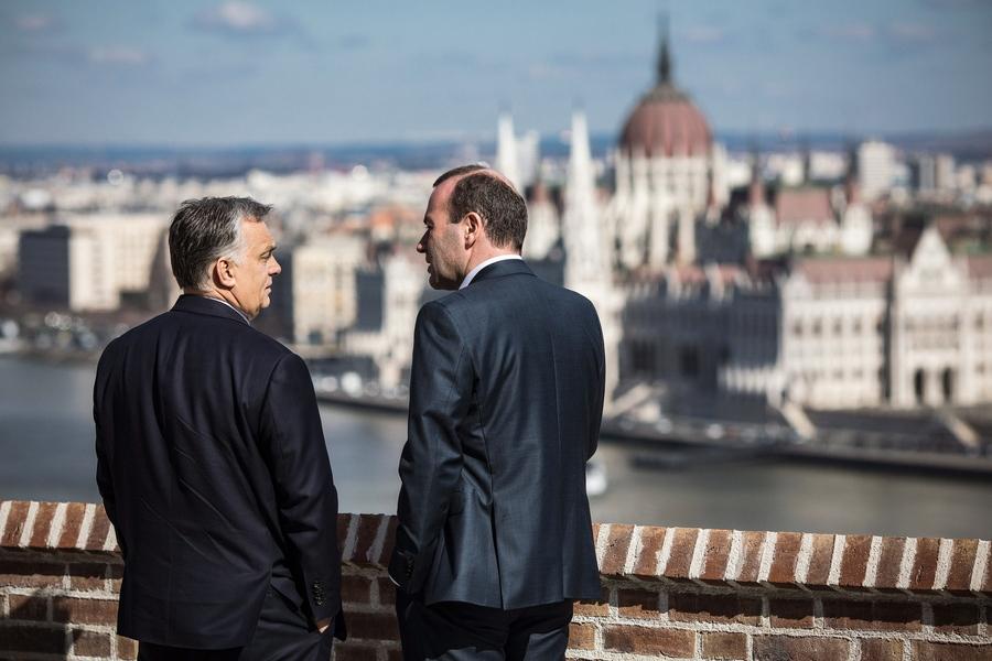 Ο Μάνφρεντ Βέμπερ κρατά τον Βίκτορ Όρμπαν στο Ευρωπαϊκό Λαϊκό Κόμμα