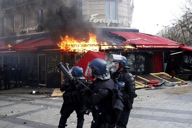 Βίαια επεισόδια, λεηλασίες και πυρπόληση τράπεζας στη διαδήλωση των «κίτρινων γιλέκων» στο Παρίσι