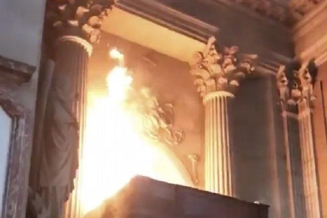 Παρίσι: Καίγεται ο ιστορικός ναός του Αγίου Σουλπικίου (Βίντεο)