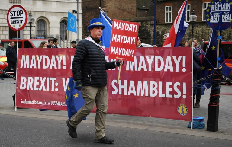 Ελεύθεροι να ψηφίσουν απόψε ανάμεσα σε οκτώ προτάσεις για το Brexit οι βουλευτές του κόμματος της Μέι