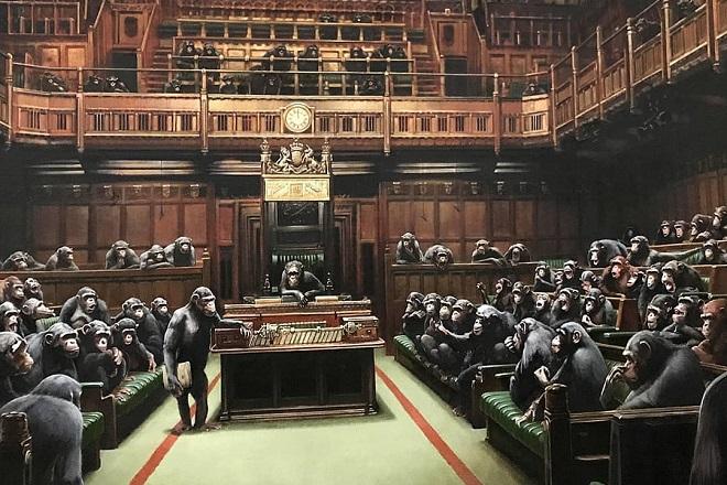 Ο Banksy «απαντά» στο χάος του Brexit- Εκτίθεται ξανά ο πίνακάς του «Devolved Parliament» (Φωτογραφίες και Βίντεο)