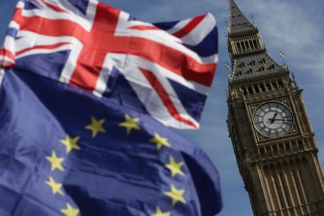 Με νέα επιστολή προειδοποιεί η Κομισιόν τη Βρετανία ενόψει Brexit