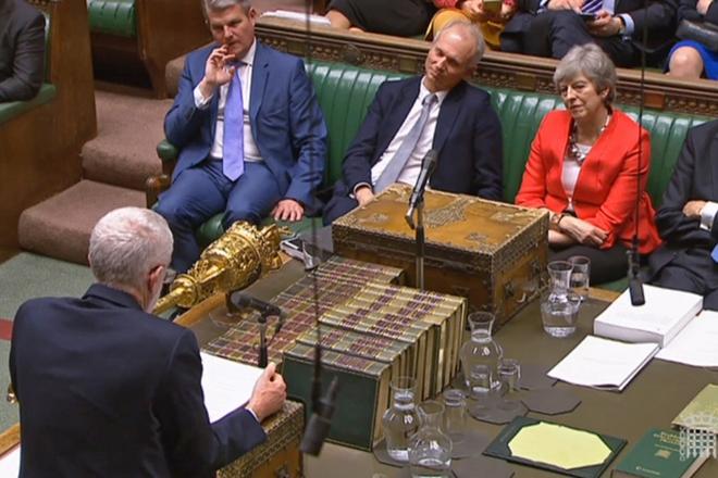 Brexit: Ο Κόρμπιν κηρύσσει τη λήξη των συνομιλιών με τη Μέι- Βουτιά της στερλίνας