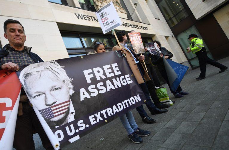 Πίεση Βρετανών βουλευτών στην κυβέρνηση για έκδοση του Ασάνζ στη Σουηδία ώστε να αποφευχθεί η έκδοση στις ΗΠΑ