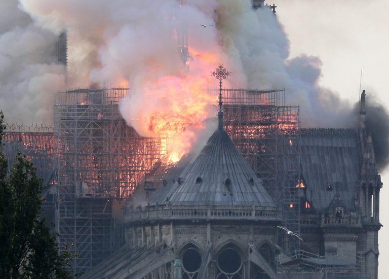 Τυλίχθηκε στις φλόγες η Παναγία των Παρισίων – Εικόνες ολικής καταστροφής (ΒΙΝΤΕΟ)