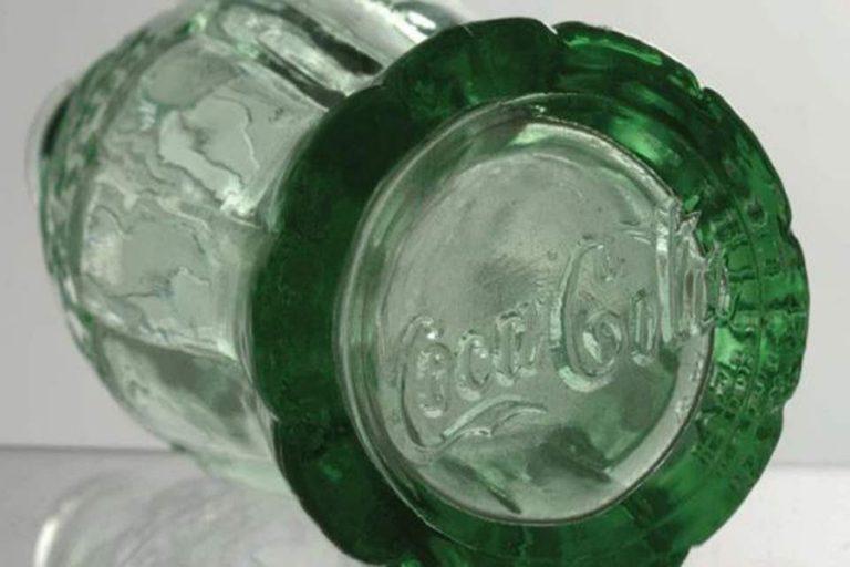 Στο «σφυρί» ένα από τα πρωτότυπα γυάλινα μπουκάλια της Coca-Cola