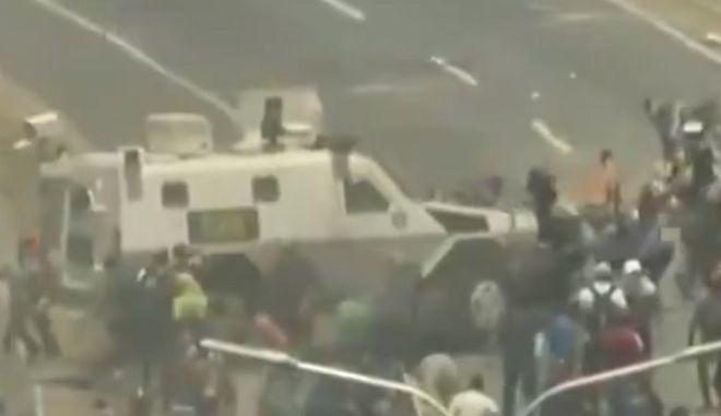 Bίντεο: Όχημα της Εθνοφρουράς παρέσυρε διαδηλωτές στη Βενεζουέλα