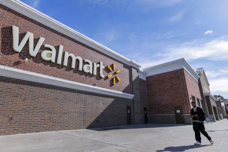 Οι επενδυτές τιμωρούν τη Walmart επειδή αύξησε τους μισθούς των εργαζομένων της