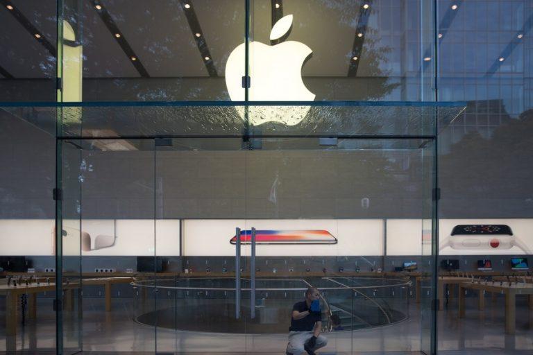 Έσπασε το φράγμα των 2 τρισ. δολαρίων η χρηματιστηριακή αξία της Apple