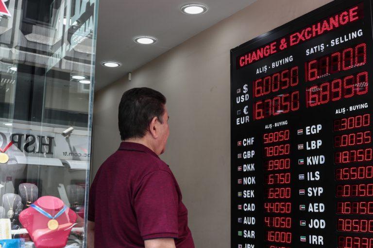 Οι τουρκικές τράπεζες πουλάνε δολάρια για να κρατήσουν «ζωντανή» τη λίρα