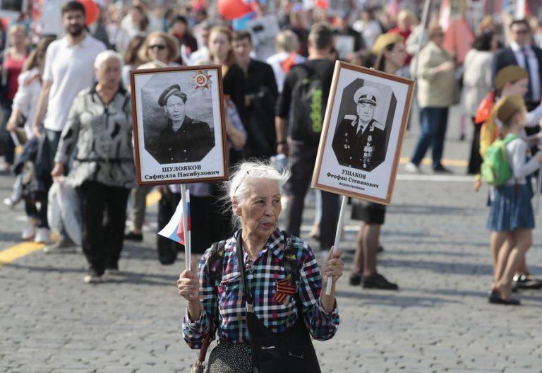 Με πορείες του «Συντάγματος των Αθανάτων» τίμησαν οι Ρώσοι την νίκη τους στον Β΄ Παγκόσμιο Πόλεμο