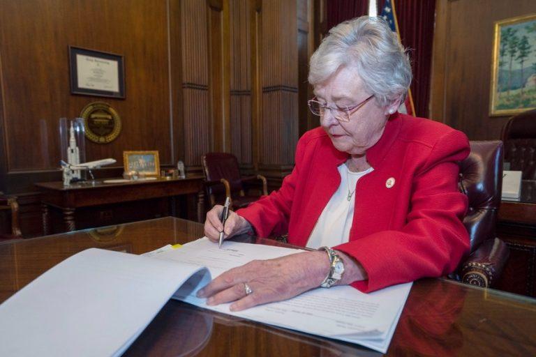 Η κυβερνήτρια της Αλαμπάμα επικύρωσε τον νόμο που απαγορεύει την άμβλωση