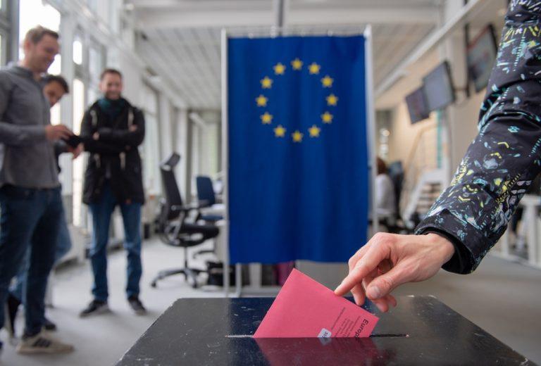 Ευρωεκλογές: Ενίσχυση της ακροδεξιάς και πλήγμα για τις κυρίαρχες ομάδες του Ευρωκοινοβουλίου