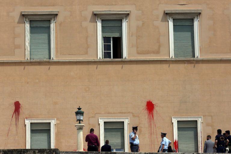 Το βίντεο από την επίθεση του «Ρουβίκωνα» στη Βουλή