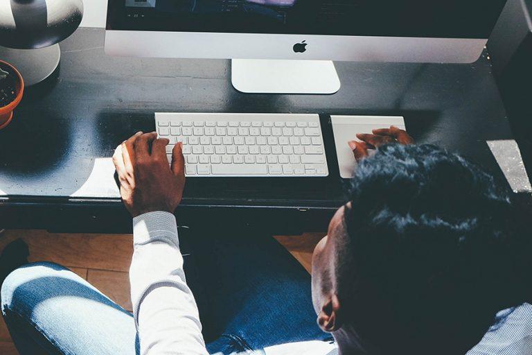 Δέκα λάθη που ίσως κάνετε με το που μπαίνετε στο γραφείο σας