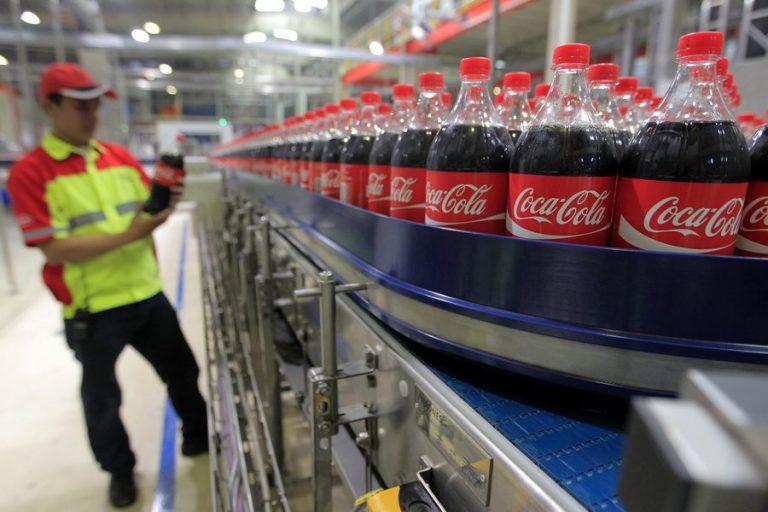 Coca-Cola: Οι καταναλωτές δεν είναι ακόμη έτοιμοι να αποχωριστούν τα πλαστικά μπουκάλια