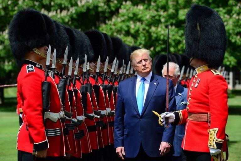 Ο Τραμπ στο Λονδίνο: Η βασιλική υποδοχή και οι… αντιδράσεις