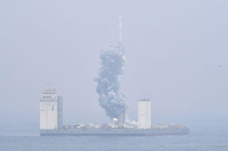 Η Κίνα εκτόξευσε πρώτη φορά πύραυλο από πλωτή εξέδρα και όχι από τη στεριά (Βίντεο)