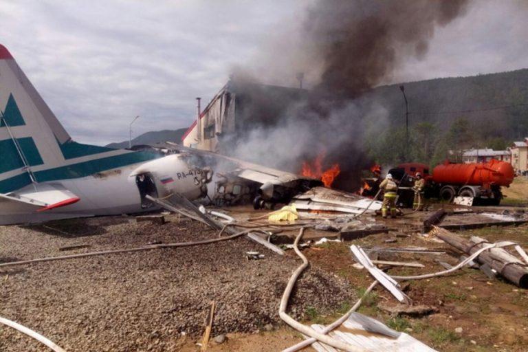Αναγκαστική προσγείωση αεροσκάφους στη Ρωσία- Δύο νεκροί και 19 τραυματίες